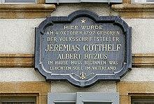 Gedenktafel an Gotthelfs Geburtshaus, dem deutsch-reformierten Pfarrhaus in Murten (Quelle: Wikimedia)