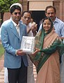 Pratibha Devisingh Patil presenting a memento to the first winner of an individual Gold Medal for India at the Beijing Olympic Games and International Shooting Ace, Shri Abhinav Bindra, in New Delhi on August 14, 2008.jpg