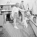 Prinses Beatrix speelt aan dek met een hond onder toeziend oog van prinses Margr, Bestanddeelnr 255-7620.jpg