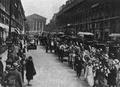 Przed kościołem św. Magdaleny w Paryżu. Fot. z książki J. Wiśniowski, Pochód na Wawel. Kraków 1928.png
