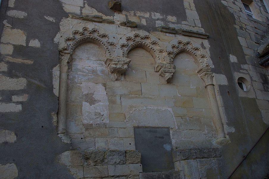 Restes de l'église Sainte-Eugénie, située immédiatement au sud-ouest du bassin des lavoirs. Vue depuis le lavoir situé à l'est du bassin (à gauche en arrivant de la rue Saint-Pierre).