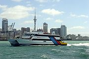 Le ferry MV Quick Cat, assurant la liaison avec l'île de Waiheke, devant le centre-ville