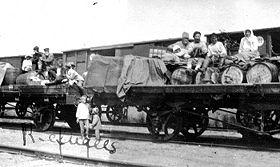 Des Russes partant pour l exil sur un wagon plat.