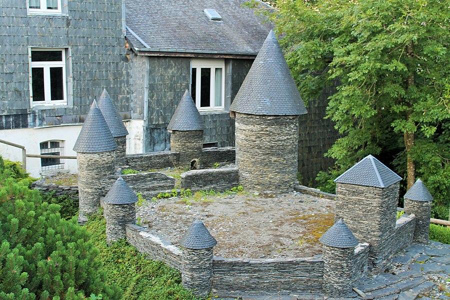 Reconstitution au 1/20ième du château de Neufchâteau en Belgique. Elle fût construite en 1999-2000 et offerte à la ville pour son 800èm anniversaire.