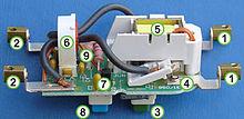 Interruttore differenziale aperto: 1 Morsetti di ingresso 2 Morsetti di uscita (verso il carico) 3 Pulsante di inserimento 4 Contatti di interruzione 5 Solenoide che tiene chiusi i contatti 6 Trasformatore di corrente (sensore) 7 Circuito elettronico amplificatore 8 Pulsante di test 9 Filo (arancio) che alla pressione di test è attraversato da una corrente sbilanciata