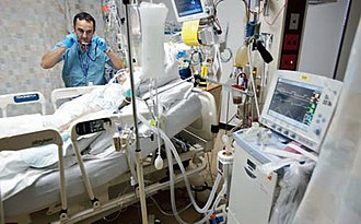 Intensive care medicine - Image: Respiratory therapist