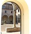 Riflessi, dalla porta del museo, del cortile del chiostro e dell'antico orologio restaurato.jpg