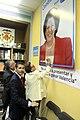 Rita Barberà signa un cartell de les eleccions 2011.jpg