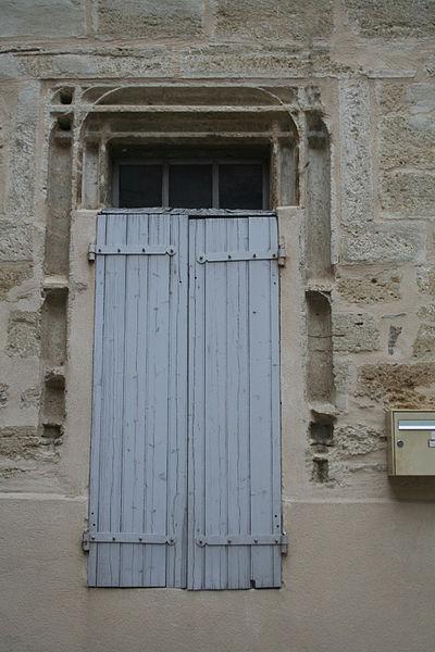 Roujan (Hérault) - château bas - fenêtre.