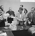 Sammy Davis jr in Nederland, tijdens persconferentie op Schiphol, Sammy Davis re, Bestanddeelnr 916-1958.jpg