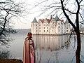Schloss Glücksburg - Prinzessin Kris vor dem Wasserschloss - panoramio.jpg