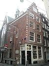 foto van Hoekhuis met trapgevel, voorzien van sobere blokjesversiering