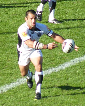 Rugby league gameplay - As a halfback, Stacey Jones is relied on to direct the ball to his players by passing.