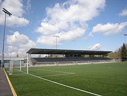 Un terrain de football avec une tribune à un étage