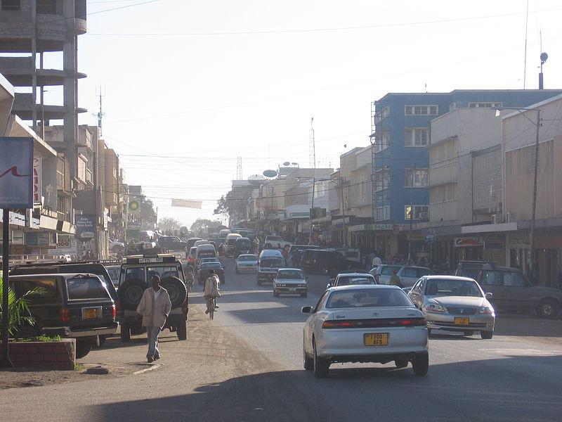 File:Strasse in Arusha.jpg