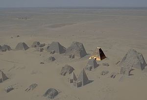 Adikhalamani - Aerial view of the Nubian pyramids at Meroe in 2001 with highlighting of pyramid N9