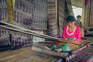 T'nalak weaver at Lake Sebu, South Cotabato.jpg