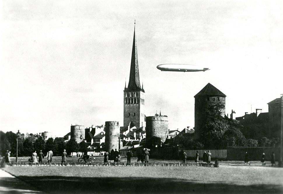 TLA 1465 1 897 Zeppelin Tallinna kohal. Vaade Tornide väljakule 24 09 1930