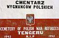 Tablica na murze polskiego cmentarza w Tengeru.jpg