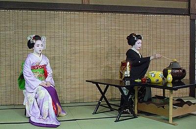 Une maiko et une geiko faisant la démonstration d'une cérémonie du thé.