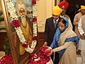 The President, Smt. Pratibha Devisingh Patil paying floral tributes at the portrait of Guru Nanak Devji, on the occasion of Birthday of Guru Nanak Devji, at Rashtrapati Bhavan, in New Delhi on November 20, 2010.jpg