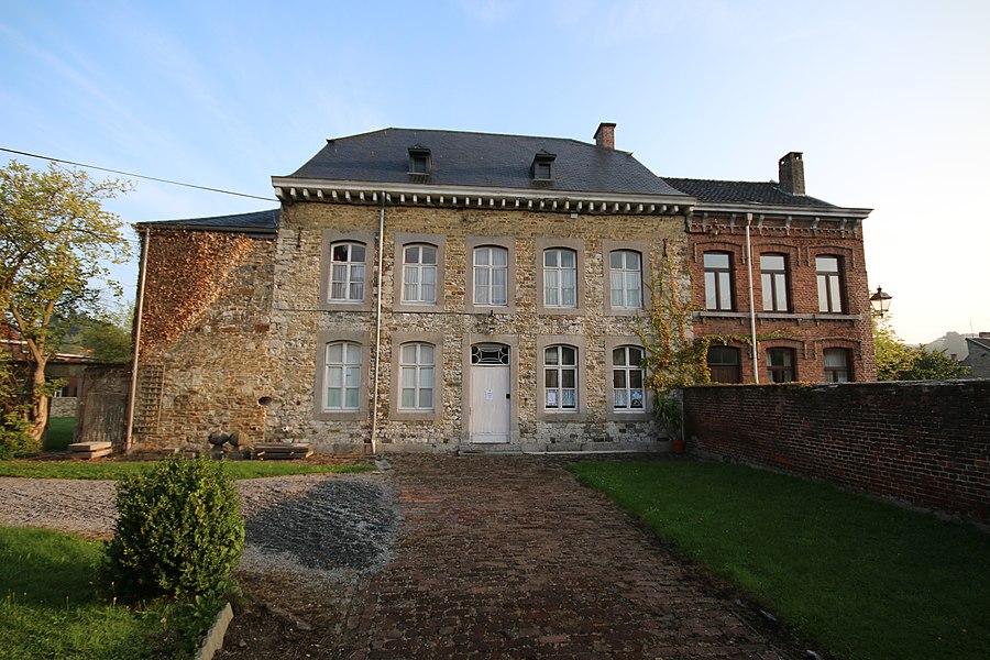 Le bâtiment, situé en face de l'Eglise Sts Hermès et Alexandre est entouré d'un grand jardin lequel est cerné par un mur d'enceinte