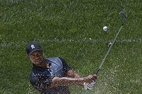 Un golfeur frappant un coup avec un fer.
