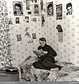 Tonårsflicka i sitt rum. Idolbilder på Tommy Steele och Elvis Presley på väggarna - Nordiska museet - NMA.0030483.jpg