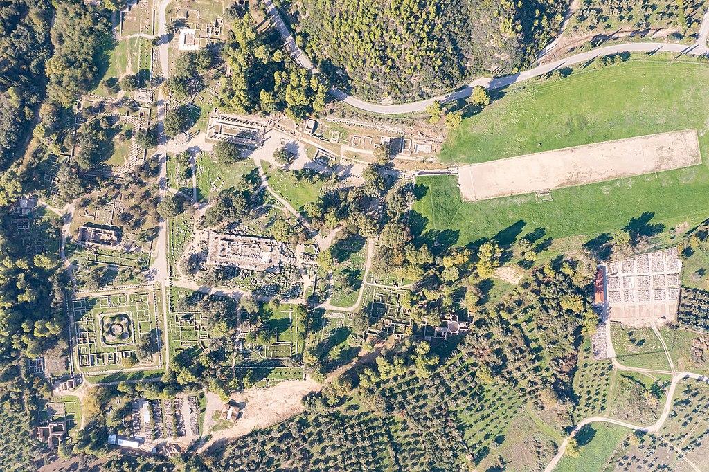 Drohnenperspektive der archäologischen Stätte von Olympia. (UNESCO-Welterbe in Griechenland). Top down aerial of Ancient Olympia in Greece (51224134415)