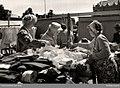 Torghandel med tyger och kläder i Halmstad, Halland - Nordiska museet - NMA.0030365.jpg