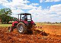 Tractor arando la tierra para cultivo.jpg