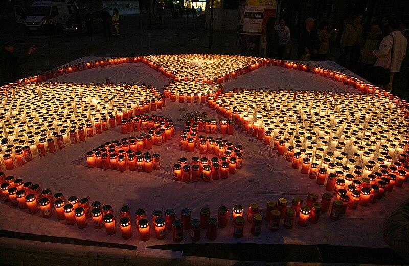 Datei:Tschernobyl-Fukushima-Gedenken Wien2011-04-25 2000 Kerzen.jpg