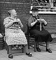 Twee oudere dames buiten voor een huis in de schaduw met breiwerk, Bestanddeelnr 907-2898 cropped.jpg