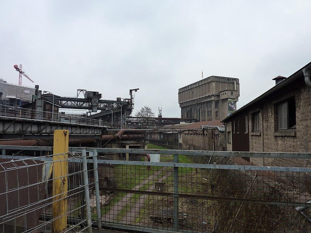 Völklingen Handwerkergasse und Wasserturm der Völklinger Hütte
