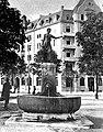Valentin Walter Mettler (1868–1942) Bildhauer. Brunnenskulptur 1907, Helvetiaplatz Zürich. Die Wasserträgerin.jpg