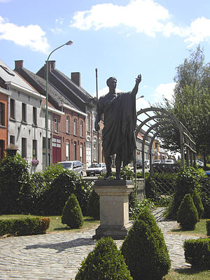 Velzeke-Ruddershove - Statue of Julius Caesar in village center of Velzeke (2006)