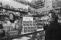 Verbaasde reactie van een winkelende vrouw op de stijging van de koffieprijs met, Bestanddeelnr 929-0862.jpg