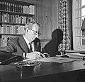 Walter Mehring schrijvend achter een bureau, Bestanddeelnr 254-5075.jpg