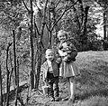 Wibke en Dirk van Gunsteren spelend in de tuin, Bestanddeelnr 254-1759.jpg