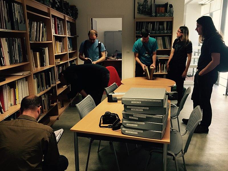 Wiki takes Villefranche: wikipédiens à la bibliothèque.