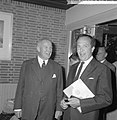 Wim Kan voor de klas in aula van het Rhedens Lyceum te Velp, naast hem burgemees, Bestanddeelnr 916-8187.jpg