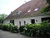 foto van Boerderij van het 'Hallehuis'-type van een bouwlaag en een kap, opgedeeld in drie woonhuizen