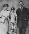 Zbigniew Uniłowski - Z rodzicami 1913.png