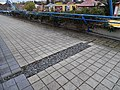 Černý Most, chodník na estakádě metra, štěrkový kanálek (01).jpg