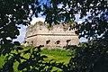 Замок (мур.) Вид через листя дерев.jpg