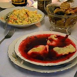 02014 Ein festlich gedeckter Tisch. Ein Teller Borschtsch