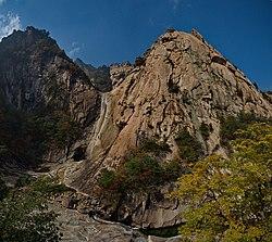 0438 - Nordkorea 2015 - Kumgang Gebirge - Kuryong Fasserfall (22543108597).jpg