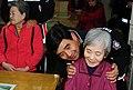 2000년대 초반 서울소방 소방공무원(소방관) 활동 사진 (8.24)성우회 봉사활동 (할머니 제손이 약손이죠).jpg