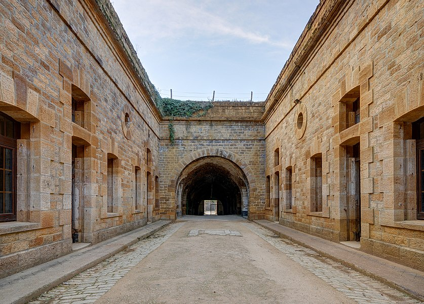This file was uploaded  with Commonist.         This photograph was taken with a Nikon D300.    Fort du Cognelot: cour intérieure (HDR).