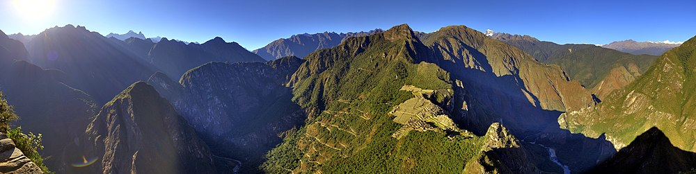 """Vido al Maĉupikĉuo de sur Huayna Picchu, montranta aliran vojon nomita """"Hiram Bingham Highway"""". La vojo estas uzata per turismaj aŭtobusoj por transporti ĝis kaj el urbo Aguas Calientes."""